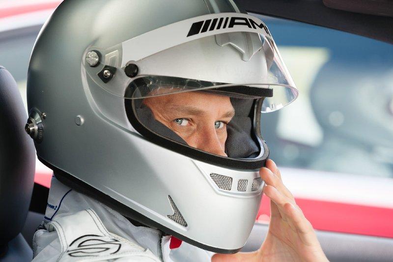 Alex (Vinzenz Kiefer) stellt sich seinem Partner Semir in einem Privatrennen. – Bild: RTL