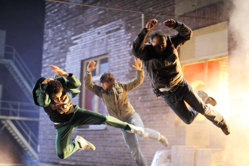 Semir (Erdogan Atalay, r.) und Ben (Tom Beck, M.) können Aladdin (Fahri Ogün Yardim) in letzter Sekunde aus der brennenden Halle retten, bevor diese explodiert... – Bild: RTL