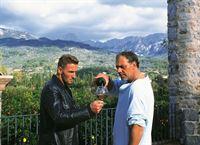 Andre (Mark Keller, li.) ermittelt undercover und freundet sich mit dem Mafia-Gangster Carlos Berger (Christian Kohlund, re.) an. Berger ahnt nicht, dass der Kommissar ihn zur Strecke bringen will... – Bild: RTL / Schnell