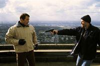 Toni (Thorsten Nindel, re.) fordert das Lösegeld von Frank Zimmer (Andreas Brucker). – Bild: RTL