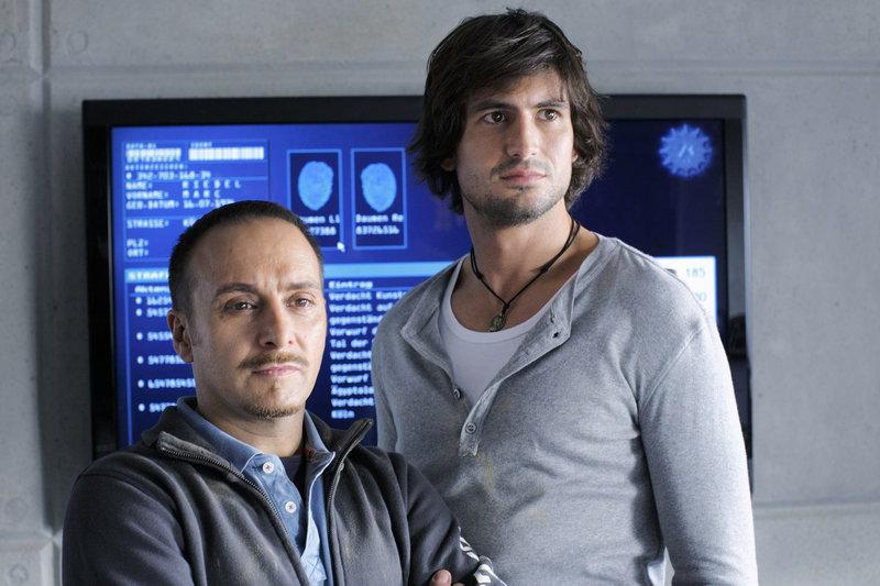 Semir (Erdogan Atalay, li.) und Ben (Tom Beck) sind beeindruckt, wie tapfer sich Katrin trotz des Todes ihres Vaters hält. – Bild: RTL Nitro