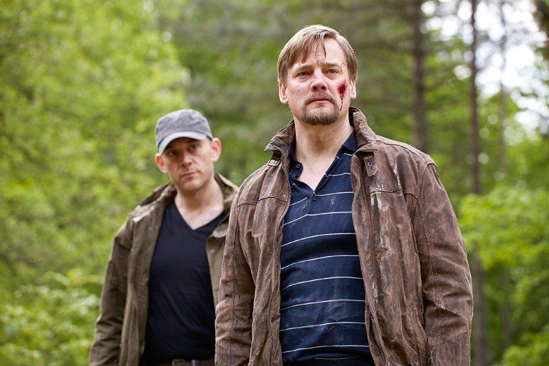 Dams (Robert Dölle, l.) hat Peter Neumann (Christian Beermann) aufgespürt und will von ihm wissen, wo das Geld versteckt ist. – Bild: RTL