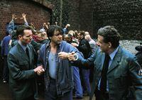 Der Gefangene Hubert Neuber (Helmut Berger, Mi.) wird bei einem Tumult auf dem Gefängnishof von zwei Wärtern (Komparsen) isoliert. – Bild: RTL