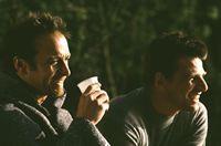 Semir (Erdogan Atalay) und Tom (Rene Steinke) freuen sich, dass alles vorbei ist ... – Bild: RTL Crime