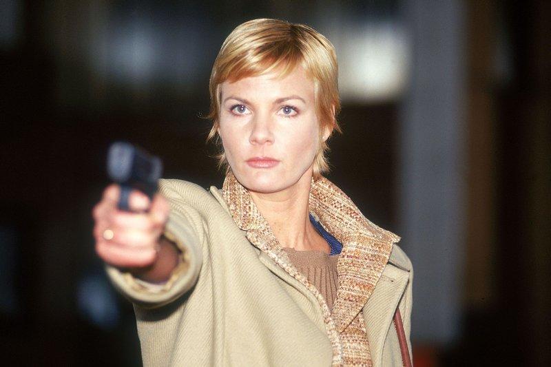 Patricia Bresser (Christiane 'Chrissy' Schulz) fackelt nicht lange und richtet die Waffe auf Iris Fallada.... – Bild: RTL Crime
