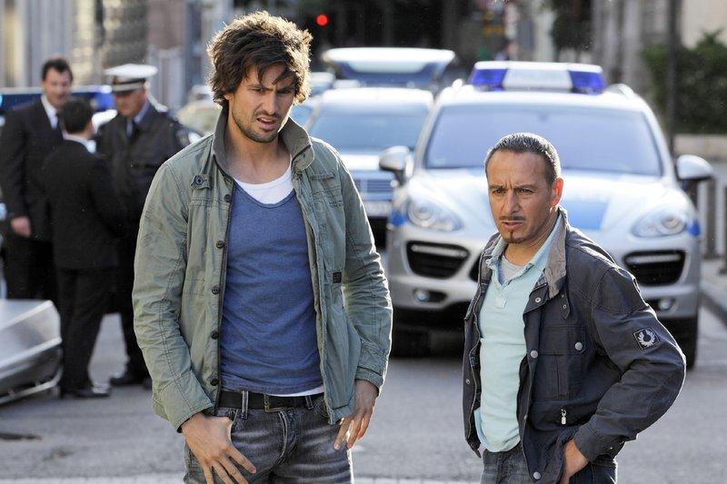 Ben (Tom Beck, l.) verheimlicht Semir (Erdogan Atalay), dass er in dem Wagen des Toten eine Uhr gefunden hat, die seinem Vater gehört. Ist Konrad Jäger in dem Diebstahl und den Mord verwickelt? – Bild: RTL