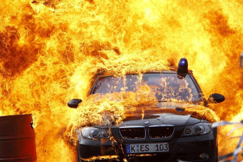 Als die Kommissare in die Übergabe der gestohlenen Luxusautos platzen, geraten sie in eine im wahrsten Sinne des Wortes brenzlige Situation... – Bild: RTL
