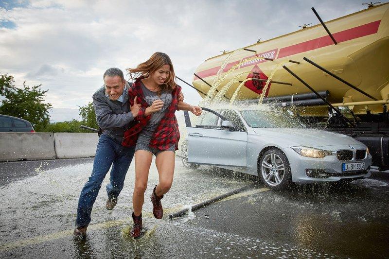 Als nach dem Crash eine Flüssigkeit aus dem Lastzug fließt, bringt Semir (Erdogan Atalay) sich und seine Tochter Dana (Gizem Emre) in Sicherheit... – Bild: RTL