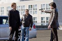 Chris (Gedeon Burkhard, li.) und Semir (Erdogan Atalay, 2.v.li.) ziehen den eingefädelten Deal durch und liefern bei Sanders Schergen (re. Nic Fromm) das Rauschgift ab. – © RTL Crime