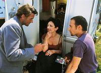 Andre (Mark Keller, li.) und Semir (Erdogan Atalay, re.) befragen die zum Zirkus gehörende Stella (Andrea Bürgin) nach dem flüchtenden Seiltänzer Sylvester, der verdächtigt wird, ein Kind entführt zu haben. – Bild: RTL