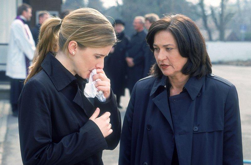 Nach der Beerdigung bietet Anna Engelhardt (Charlotte Schwab, re.) der Witwe des ermordeten Polizisten Roth (Eva Maria Salcher) an, sie nach Hause zu fahren. – Bild: RTL Crime