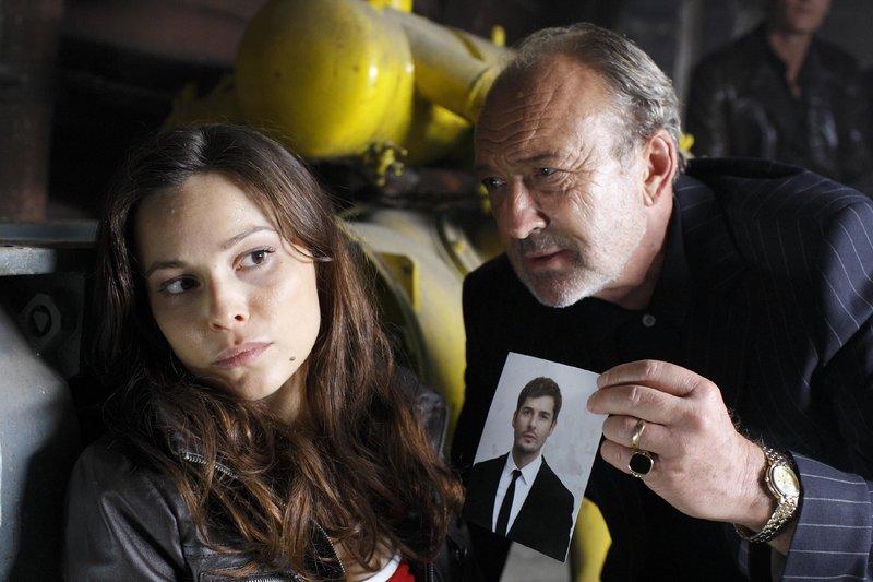 DeFranco (Miguel Herz-Kerstanek) will von Tanja (Mina Tander) wissen, was damals mit seinem Sohn Marcello passiert ist. Dazu ist ihm jedes Mittel recht... – Bild: RTL