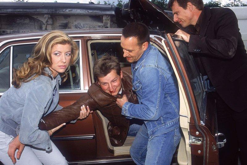 Susan Stahnke (spielt sich selbst) hilft nach dem Crash Tom (Rene Steinke, re.) und Semir (Erdogan Atalay), einen Verletzten (Komparse) zu bergen... – Bild: RTL Crime