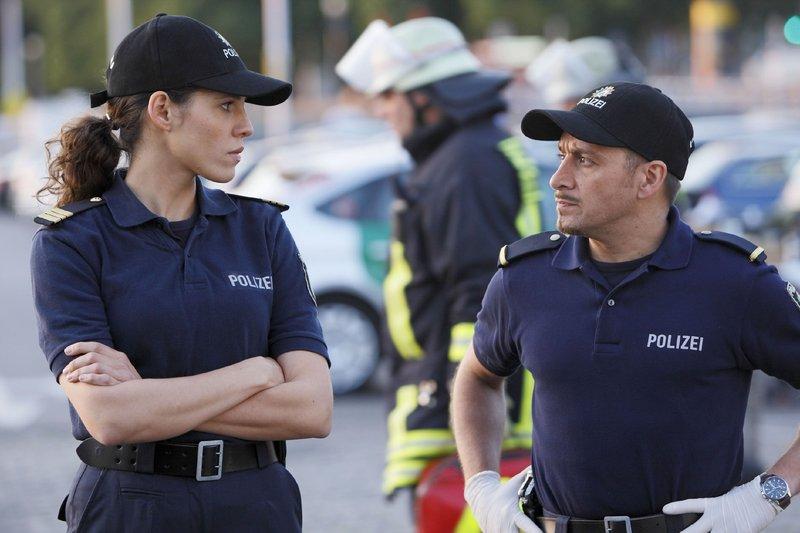 Nach dem Bombenfund in dem Kleintransporter mutmaßen Conny (Jasmin Gerat) und Semir (Erdogan Atalay) über einen Zusammenhang mit dem Mord an dem Kriegshistoriker, der mit dem Wagen überfahren wurde. – Bild: RTL