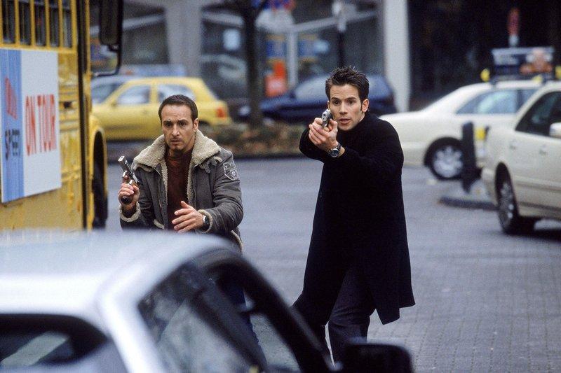 Semir (Erdogan Atalay, li.) und Jan (Christian Oliver) stellen sich den Flüchtenden in den Weg, um sie aufzuhalten... – Bild: RTL Nitro
