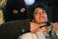 Nina (Yvonne De Bark) wird von einem maskierten Mann bedroht, der ihr die CD mit den wertvollen Daten abnehmen will. – Bild: RTL