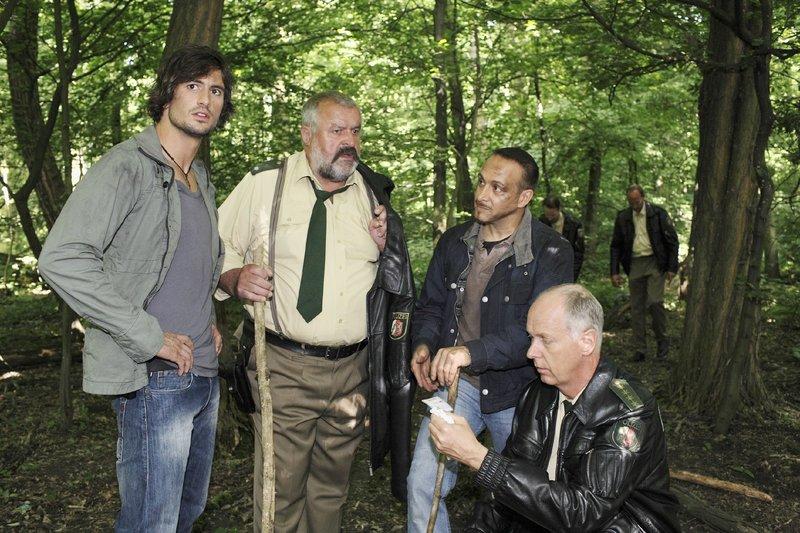 (v.li.) Ben (Tom Beck), Herzberger (Dietmar Huhn), Semir (Erdogan Atalay) und Bonrath (Gottfried Vollmer) werden im Wald fündig: Blutspuren und ein Namensschild geben Hinweise. – Bild: RTL Nitro