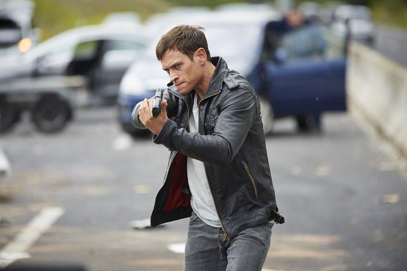 Alex (Vinzenz Kiefer) nimmt zu Fuß die Verfolgung des Flüchtigen auf... – Bild: RTL