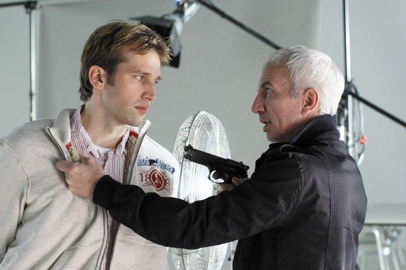 Turowski (Ralf Richter, r.) will von Bonraths Sohn Jochen (Tilbert Strahl-Schäfer) wissen wo die Erpresserfotos sind, die Faber als Sicherheit an einem geheimen Ort hinterlegt hat. – Bild: RTL