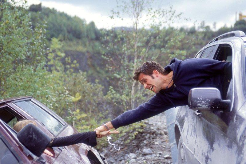 Sandra hat die Kontrolle über ihren Jeep verloren und droht in den Abgrund eines Steinbruchs zu stürzen. Jan (Christian Oliver) und Semir sind an der Unglückstelle angekommen und versuchen Sandra zu retten. – Bild: RTL Crime