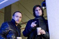 Semir (Erdogan Atalay, li.) und Ben (Tom Beck) machen eine interessante Entdeckung in der Tiefgarage. – © RTL Crime