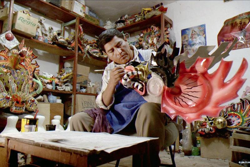 Fernando arbeitet an einer Teufelsmaske: In Oruru werden jedes Jahr aufs Neue aufwendige Kostüme und Masken für den Karneval hergestellt. – Bild: arte