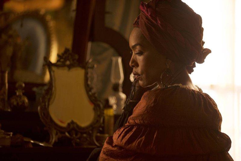 Eigentlich waren ihre Pläne gut durchdacht, doch Marie Laveau (Angela Bassett) konnte nicht damit rechnen, dass in ferner Zukunft eine Hexe die Geheimnisse aufdecken würde ... – Bild: ProSieben Fun