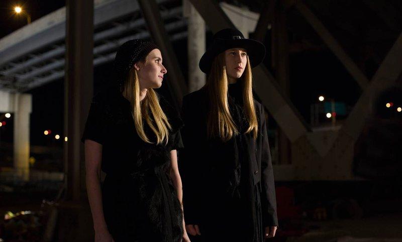 Wie lange wird es funktionieren, dass Zoe (Taissa Farmiga, r.) und Madison (Emma Roberts, l.) sich einen Jungen teilen? – Bild: ProSieben Fun