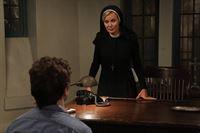 Jahr 1964: Schwester Jude Martin (Jessica Lange, r.) offenbart Kit (Evan Peters, l.), wie sie gedenkt, ihn zu bestrafen ... – Bild: 2012-2013 Twentieth Century Fox Film Corporation. All rights reserved. Lizenzbild frei