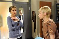 Nina (Maria Wedig, l.) versucht, Olivia (Kasia Borek, r.) klar zu machen, dass die Geschichte mit Luca (Manuel Cortez, M.) vorbei ist und keine Bedeutung hatte. Doch wird sie ihr glauben? – © ORF eins