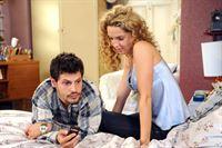 Gerade als Luca (Manuel Cortez, l.) und Nina (Maria Wedig, r.) endlich allein zu sein scheinen, werden sie von Lucas Putzfrau gestört. Doch aufgeschoben ist nicht aufgehoben, und so verabreden sie sich für später. – © ORF eins