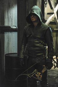 Nach dem Tod seiner Mutter muss Arrow (Stephen Amell) es mit seinem mächtigsten Gegner aufnehmen... – © VOX/Warner Bros. International T