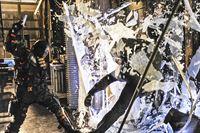 'Deathstroke' (Manu Bennett, l.) verschafft sich Zugang zu einem Labor und stiehlt dort eine innovative Neuerfindung, die es ihm ermöglicht, mehreren Menschen gleichzeitig Blut zu transferieren. Er will so eine Armee von durch Mirakuru gestärkten Männern aufstellen. Gelingt es 'Arrow' (Stephen Amell) seinen Feind rechtzeitig auszuschalten? – © VOX