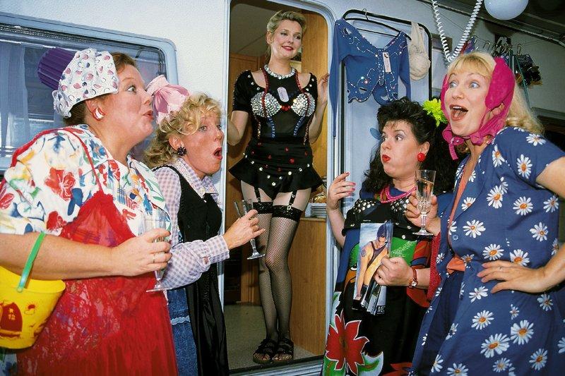 Die Frauen (v.l.: Samy Orfgen, Antje Lewald, Katharina Schubert, Biggi Wanninger, Sabine Kaack) vergnügen sich bombig bei einer fröhlichen Dessous-Party. – Bild: RTLplus