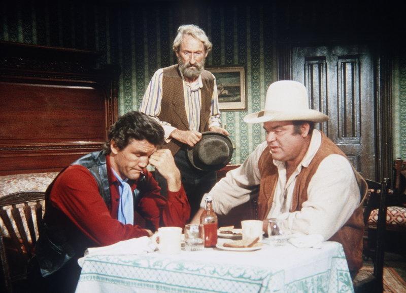 Hoss (Dan Blocker, r.) und Candy (David Canary, l.) befinden sich wegen Saltys (Arthur Hunnicutt, M.) Lügengeschichten in einer brenzligen Lage. – Bild: Paramount Pictures Lizenzbild frei
