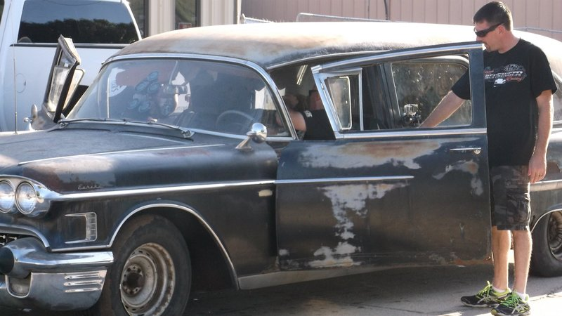 Chuck and Daddy Dave check out the mysterious hearse. – Bild: Discovery Channel