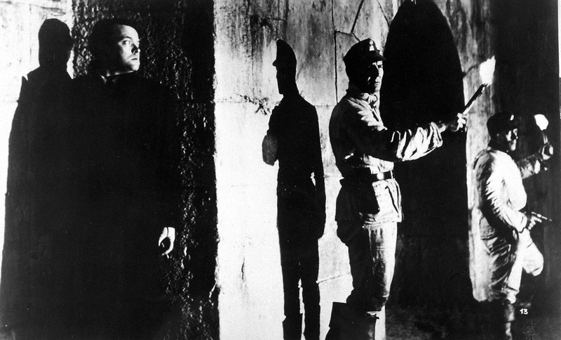 Lime (Orson Welles) verbirgt sich in der Kanalisation Wiens vor der Verfolgung durch die Polizei. – Bild: ZDF und Metropolitan
