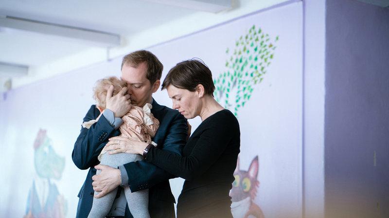 Peter (Godehard Giese) und Marie (Victoria Mayer) halten ihr Wunschkind Nina (Urszula) in den Armen. – Bild: WDR/Alexander Fischerkoesen