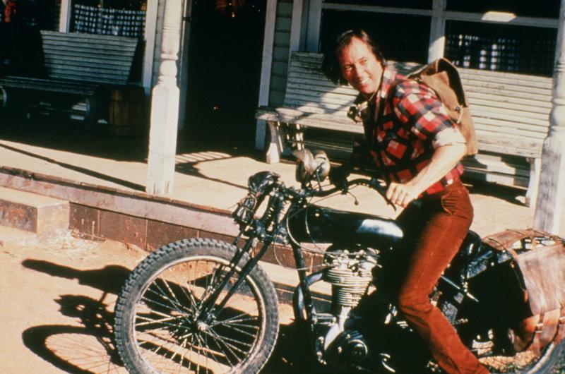 Exsoldat Charlie (David Carradine) möchte an einem Motorradrennen quer durch mehrere US-Staaten teilnehmen. Da dies mit gewaltigen Kosten verbunden ist, heckt er einen Plan aus, um an das nötige Kleingeld zu kommen ... – Bild: NBC Universal Lizenzbild frei