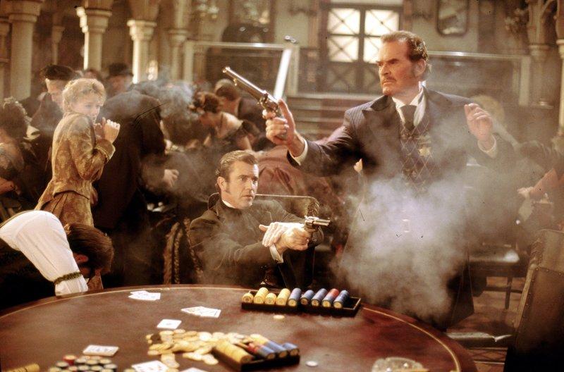 Bei einem Pokerspiel im wilden Westen fliegen auch schon mal die Fetzen. Im Bild: Annabelle Bransford (Jodie Foster, l.) Bret Maverick (Mel Gibson, M.), Twitchy (Dan Hedaya, l.). – Bild: ATV
