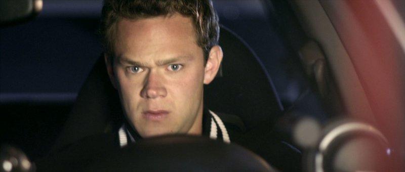 Danny Krueger (Joseph Cross, Foto) strebt eine Karriere als Rennfahrer an. Als er jedoch bei einem Straßenrennen in ein Poizeiauto rast, scheint sein Traum zu zerplatzen... – Bild: RTL II