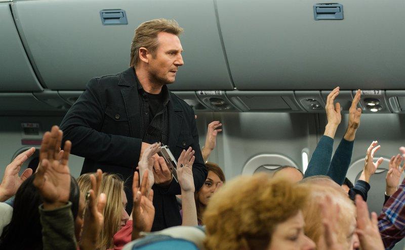 Der seit dem Tod seiner Tochter alkoholsüchtige Air Marshall Bill Marks (Liam Neeson) erhält während eines Routinefluges auf seinem Sicherheitshandy eine SMS, in der mitgeteilt wird, dass alle 20 Minuten ein Passagier getötet wird, sollten nicht 150 Mio. Dollar auf ein bestimmtes Konto gehen. Während er nach dem Täter fahndet, verliert er rasch das Vertrauen der Flugsicherung, die ihn für einen Flugzeugentführer halten ... – Bild: Myles Aronowitz / STUDIOCANAL/Myles Aronowitz ©2013