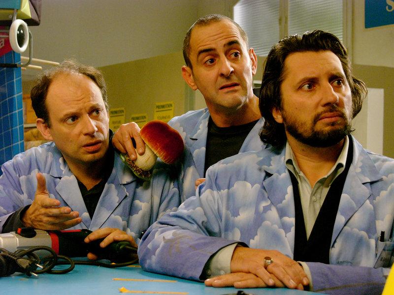 v.l.: Die Mitarbeiter des Baumarkts Aimé (Denis Podalydès), Paul (Patrick Ligardes) und Bretelle (Bruno Podalydès) werden aus der Schilderung eines Kunden nicht schlau. – Bild: ARTE France / © Why Not Productions