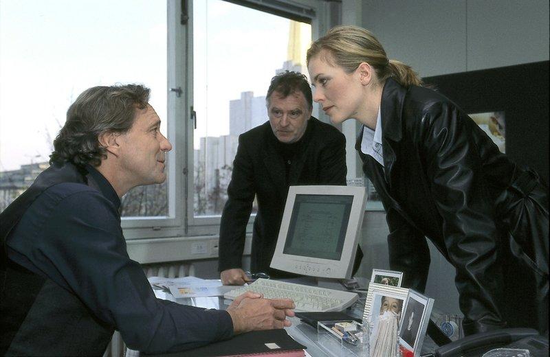 Hajo (Andreas Schmidt-Schaller, Mi.) und Ina (Melanie Marschke, r.) nehmen Thomas Gerhardt (Gerd Silberbauer, l.) ins Kreuzverhör. – Bild: Uwe Frauendorf