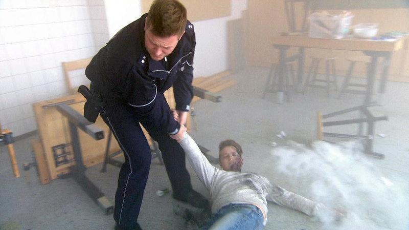 Mit Blaulicht rasen die Beamten zu einer Schule: Der sonst eher stille Erik (15) hat gedroht, alles anzuzünden! Doch nach einer Explosion im Chemiesaal stellt sich plötzlich manches ganz anderes dar... – Bild: RTL II