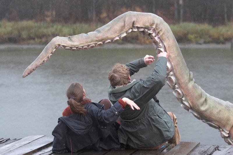 Jen und Gunnar Thorson (Kelly Wolfman und Arne MacPherson) werden von dem Riesenkraken angegriffen. РBild: ©2006 RHI Entertainment and Distribution, LLC. All rights reserved.