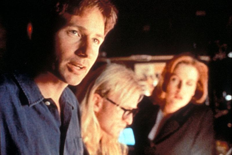 Mulder (David Duchovny, l.), Langley (Dean Haglund, M.) und Scully (Gillian Anderson, r.) versuchen gemeinsam herauszufinden, an welchem geheimnisvollen Projekt Mulders Vater und ein ehemaliger Nazi-Wissenschaftler nach dem Zweiten Weltkrieg gearbeitet haben. – Bild: ProSieben MAXX