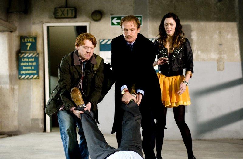 L-R: Tony (Rupert Grint), Victor Maynard (Bill Nighy), Rose (Emily Blunt). – Bild: Atlas Film