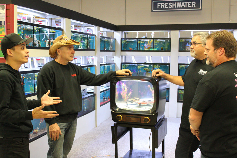 Farmtruck and Azn picking up their new fish tank. – Bild: Discovery Communications