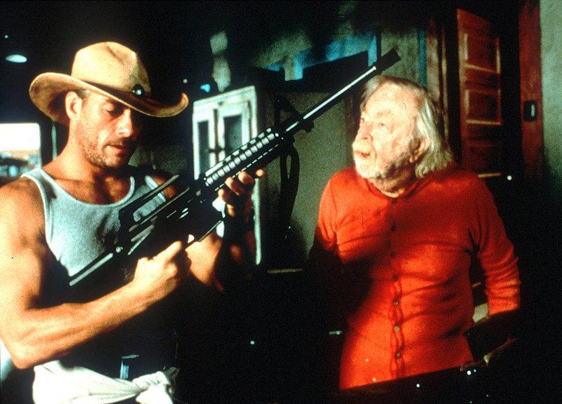 Der alte Eli Hamilton (Bill Erwin) verhilft Eddie (Jean-Claude Van Damme) zu einer Waffe. Er sinnt nun voll und ganz auf Rache gegen diejenigen, die den Ort terrorisieren... – Bild: RTL II